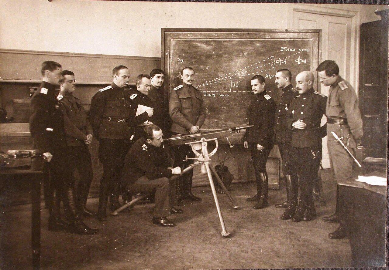 41. Группа слушателей школы во время изучения устройства пулемета в классе