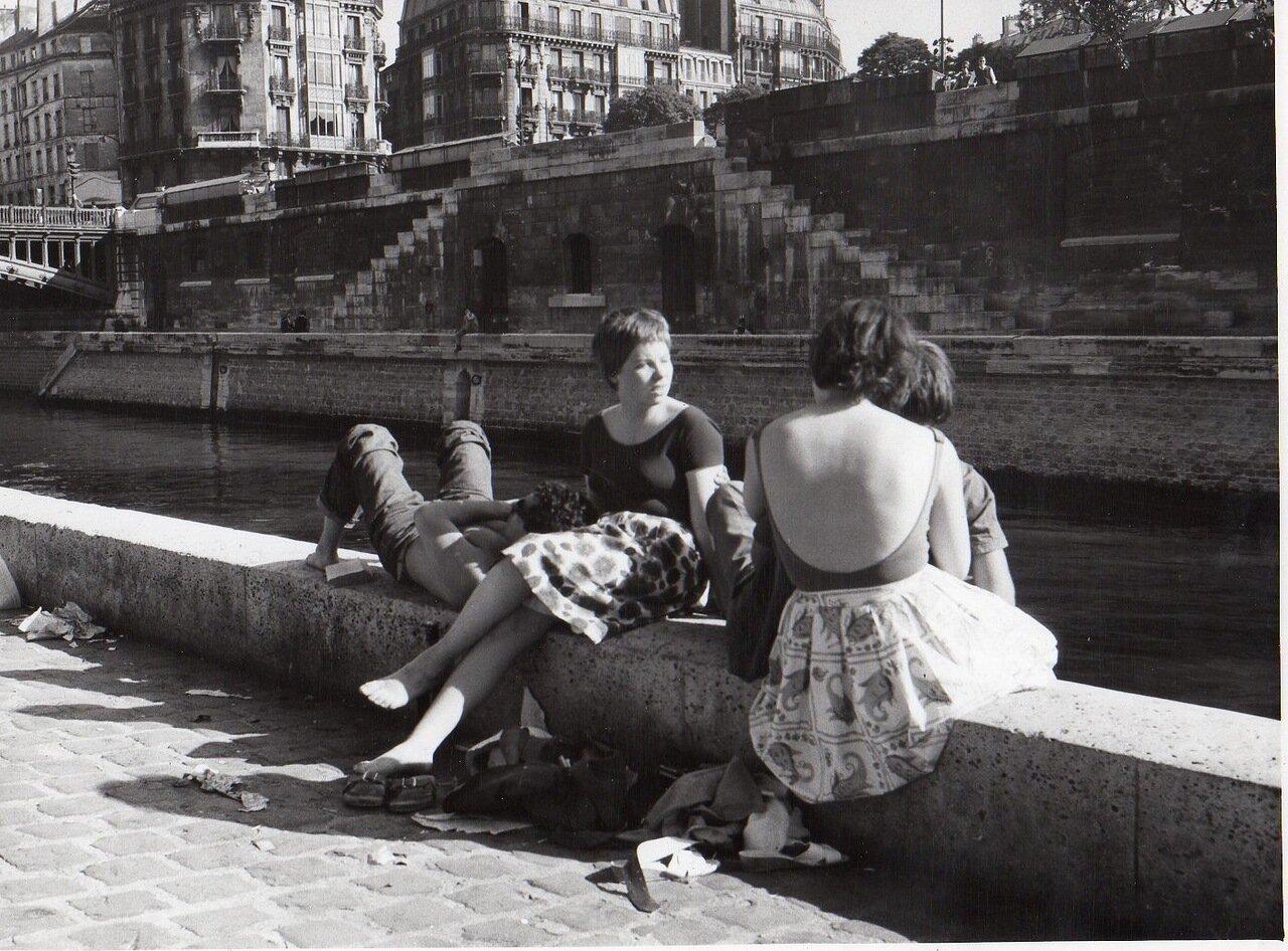 Молодые люди на берегах Сены
