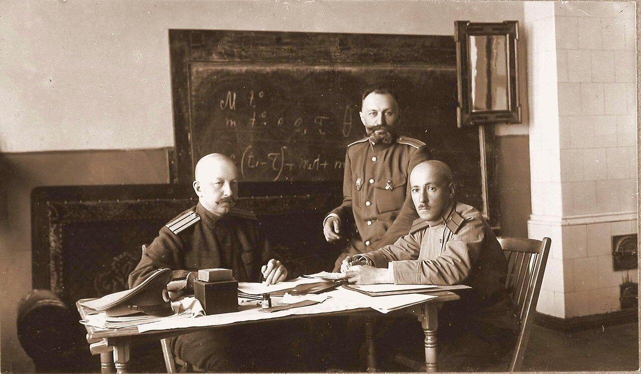 23.Группа офицеров; слева - помощник дежурного генерала полковник Эллерс; справа - старший ад'ютант ротмистр Фадеев. Ковель. 1915