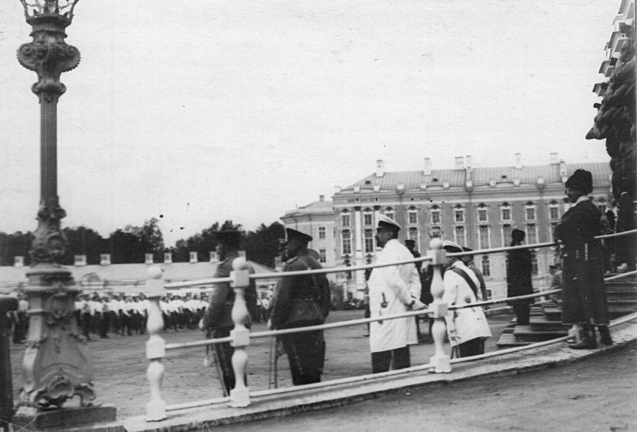 03. Группа свитских генералов у парадного подъезда Екатерининского дворца
