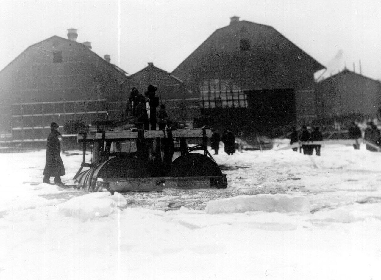 04. Рабочие на стапелях перед спуском подводной лодки. Ноябрь 1907
