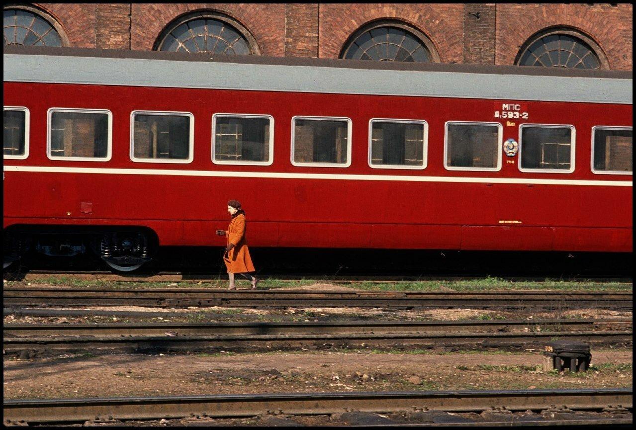 1990. Вильнюс. Оранжевое пальто, красный поезд