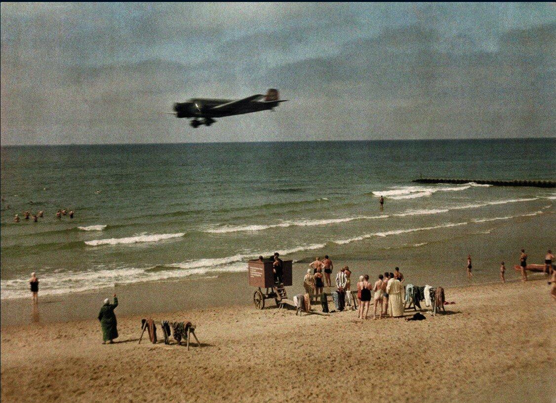 1928. Германия. Люди и самолет пролетающий над пляжем