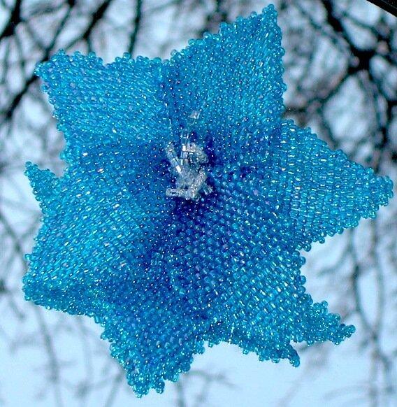 6 лепестков сплошным плетением одной иглой, на трех внутренних лепестках сделаны по 3 тычинки (столбики)...