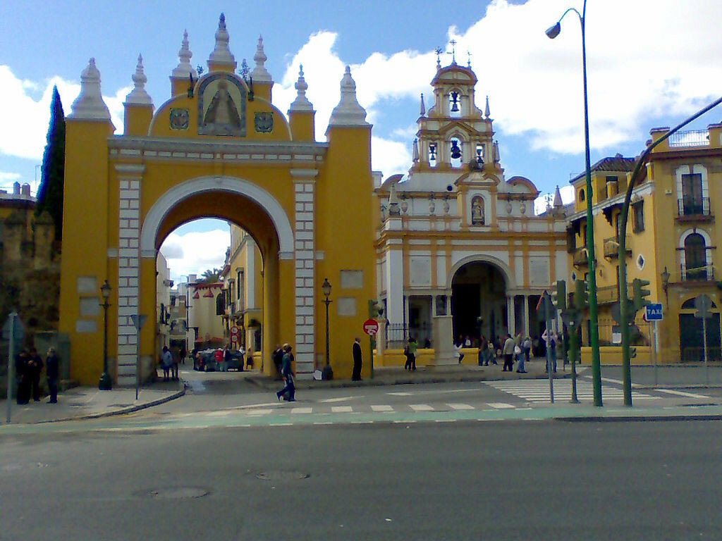 Puerta_y_Basílica_de_la_Macarena_(Sevilla).jpg