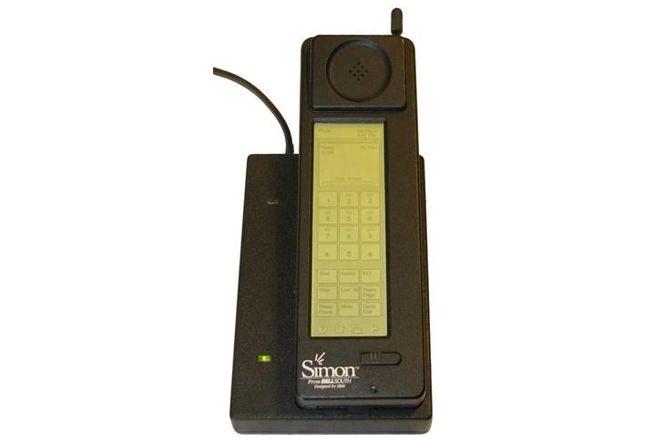 2. Сенсорные экраны Для многих первым сенсорным телефоном стал iPhone с виртуальной клавиатурой, вып