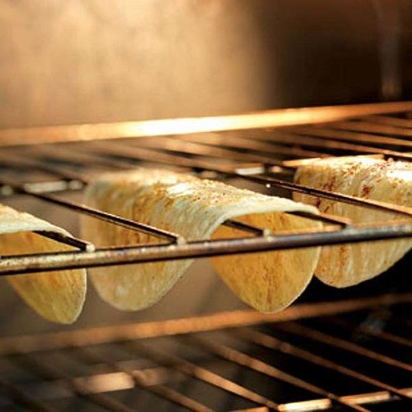 3. При помощи приспособления для чистки овощей можно нарезать лук очень тонко и очень быстро.