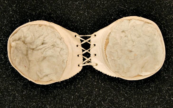 Woven Celluloid и Cotton Bust Improver, 1890-е годы. В данном варианте жесткие чашки из целлулоида з