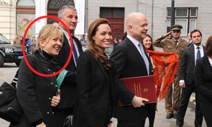 Актер уверен, что именно Арминка Хелич, а также еще одна подруга-политик Хлои Далтон настраивают Анд