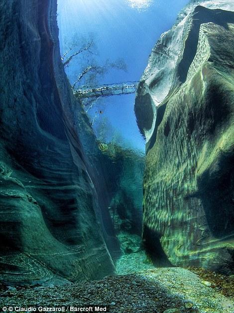 Знаменитая горная река Верзаска в Швейцарии.