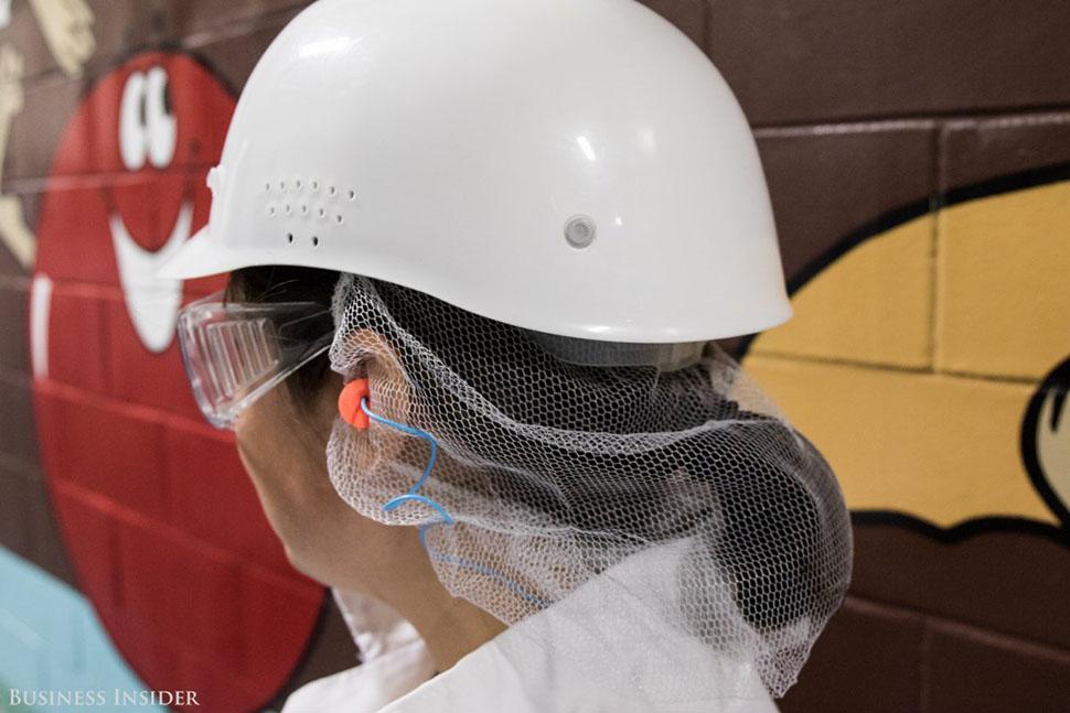 Гостям также выдают каски, защитные очки, беруши и сеточки на волосы.