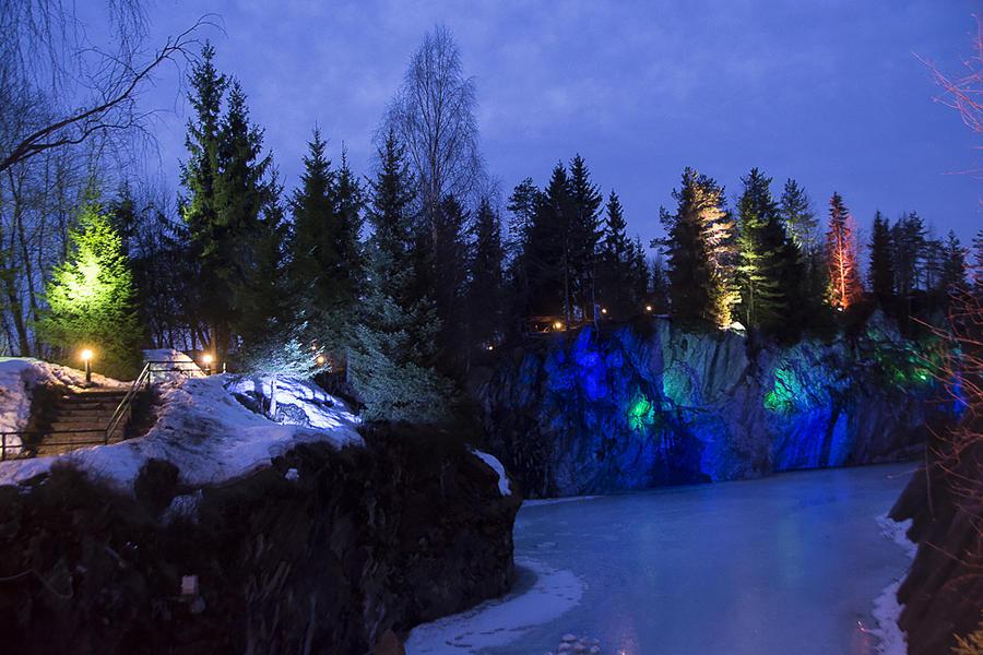 45. Поскольку летом в наших широтах совсем не темнеет, подсветка работает только в зимнее время.