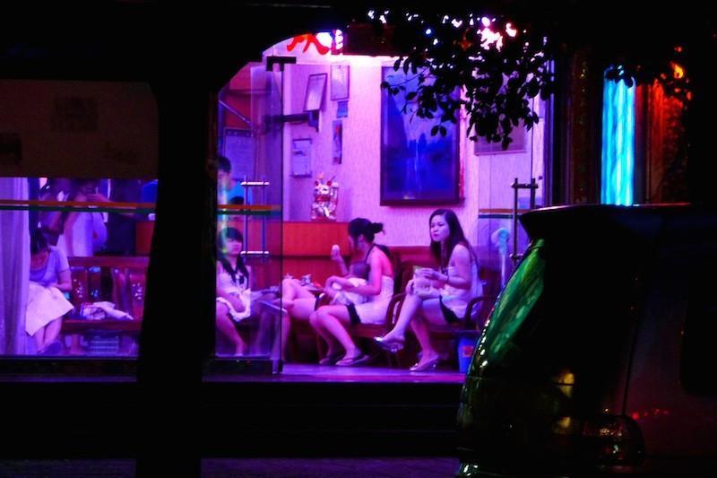 5. «Уличные девки» (цзенюй) – зазывают клиентов на улице, располагаясь чаще всего у входа в развлека