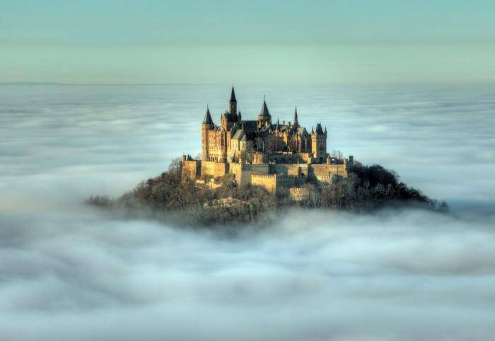 Этот замок расположен на вершине горы Гогенцоллерн высотой 2800 метров над уровнем моря. В период св