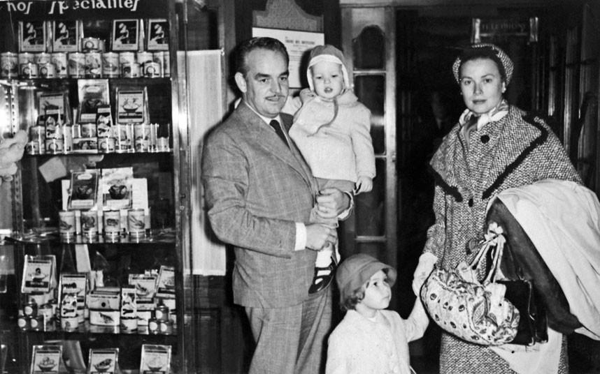 29 октября 1959 года. Княгиня Грейс и князь Ренье с двумя детьми: Каролиной и Альбером. Семья остано