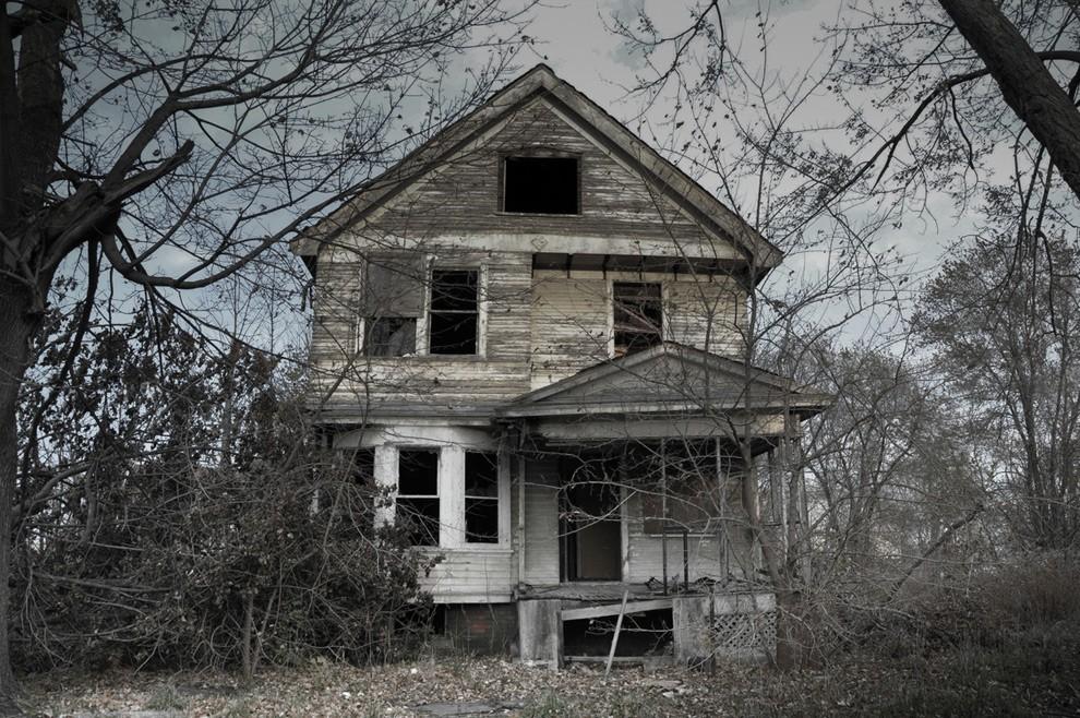2. Если верить истории, в этом доме жила семья с четырьмя детьми. После того как родители совершили
