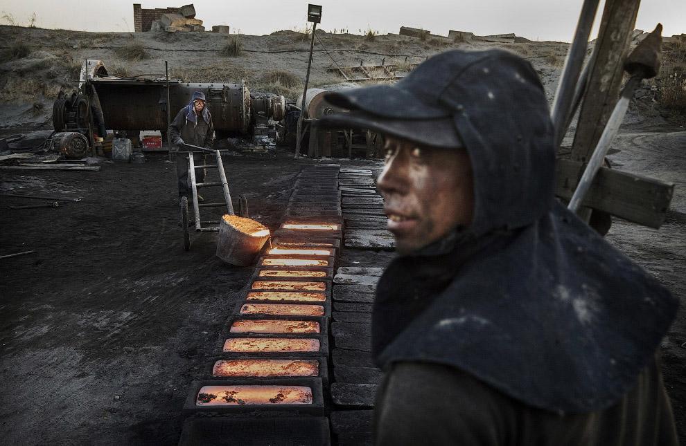16. Рабочий загружает уголь в печь, Внутренняя Монголия, 3 ноября 2016. (Фото Kevin Frayer):