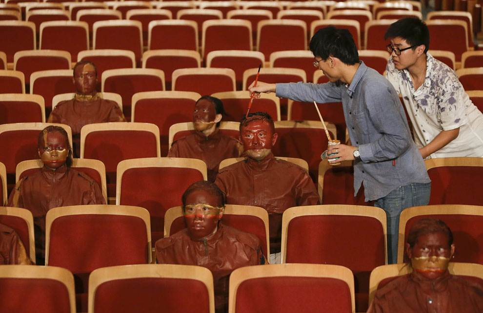 Лю Болин и его помощник за работой. Пекин, 12 сентября 2013. (Фото Reuters | Jason Lee):