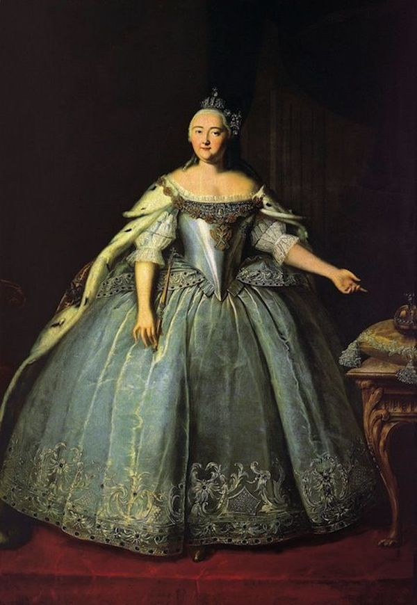 4. Когда Елизавета I (русская) умерла в 1762 году, в ее гардеробах было найдено около 15,000 платьев