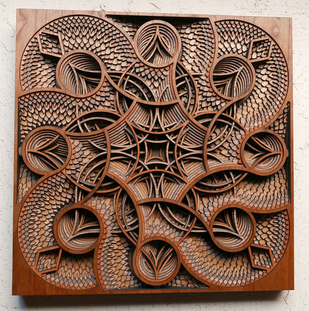 Свои картины автор создает из вырезанных лазером деревянных слоев.