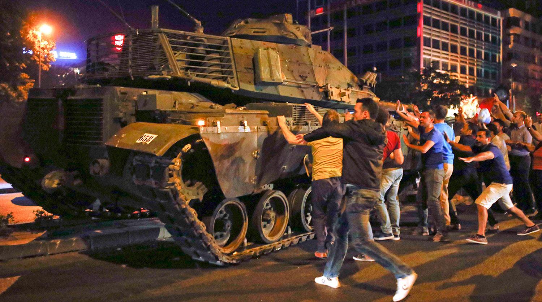 Толпа избивает мятежника на мосту Босфор в Стамбуле