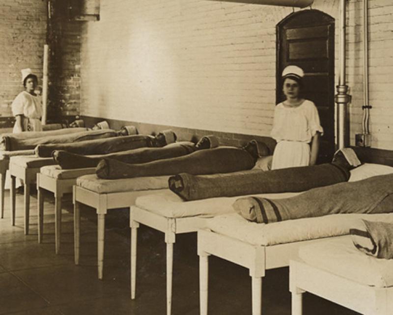 1. В психиатрических клиниках больных пеленали в мокрые одеяла, чтобы успокоить.