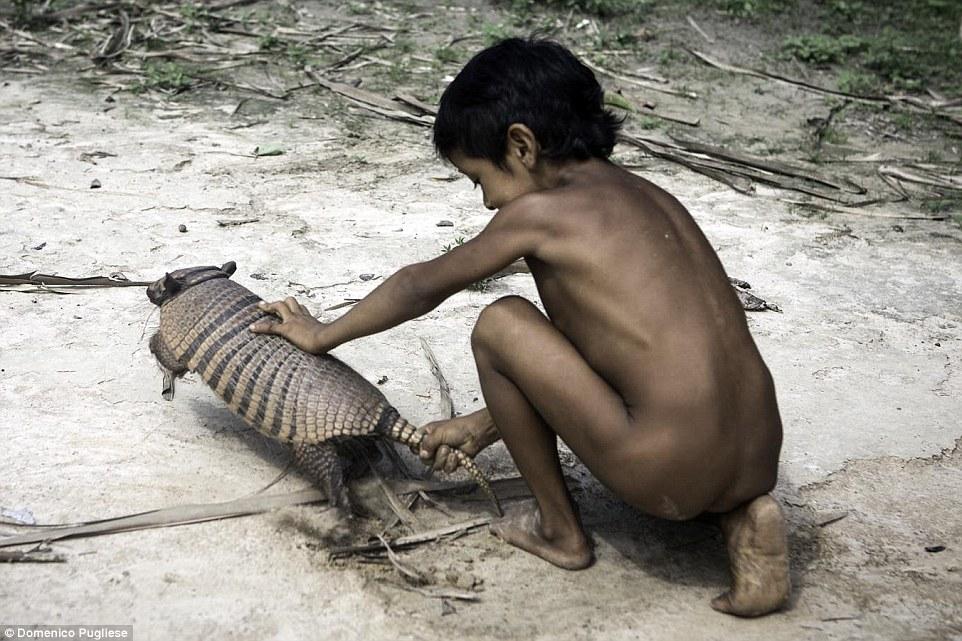 Племя Ава не подпускает чужаков после того, как их почти всех истребили европейские колонисты.