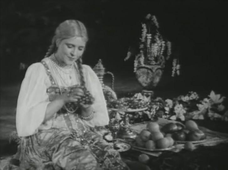 8. Людмила Глазова В 30-х годах большой популярностью пользовались девушки-ударницы, но для этого у