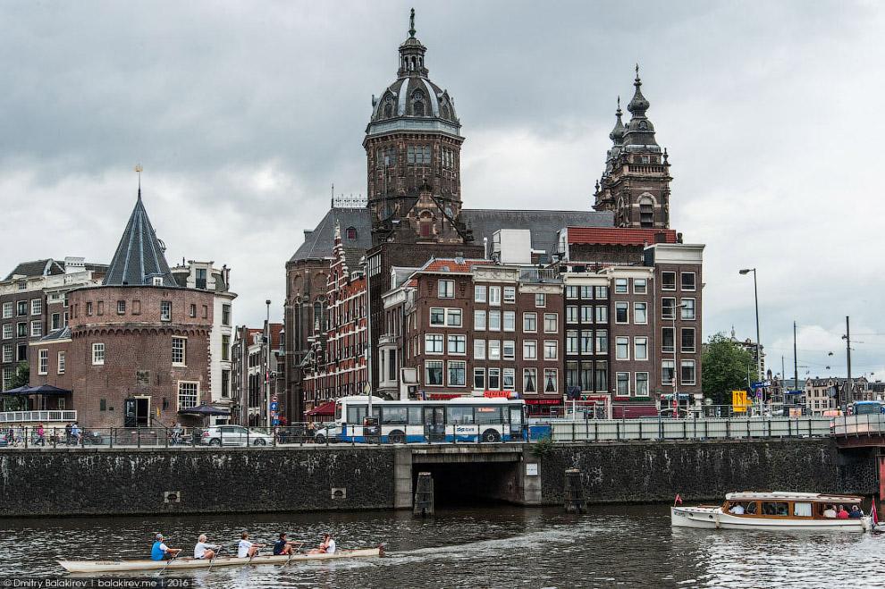 3. Королевский дворец — сердце Амстердама. В одну сторону пойдешь — Центральный вокзал найдешь.