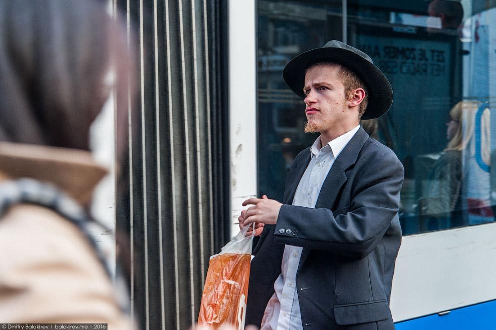 21. На улицах полно красивых и стильных людей, будто сошедших со страниц модных журналов. Европ