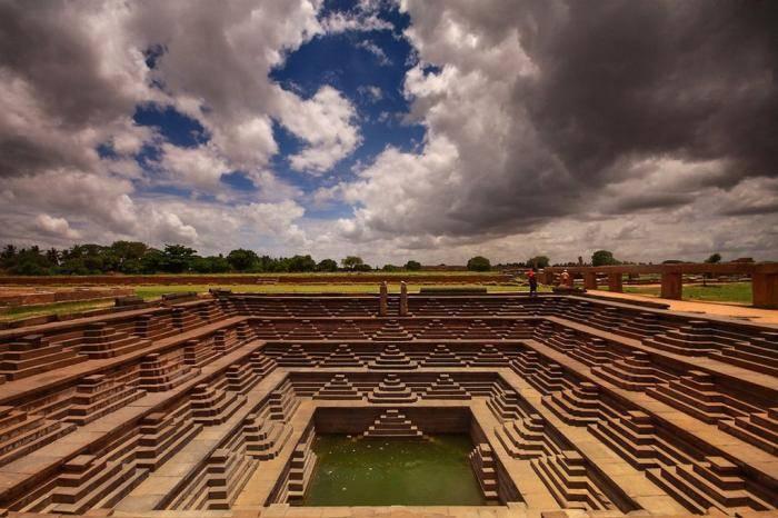 Священный бассейн пушкарани в Хампи В Индии во многих древних храмах в штатах Раджастхан и Гуджарат