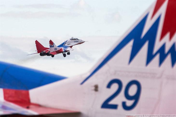 2. Выступление «Русских витязей» намечено на 11:30 утра, но техники уже готовят самолеты.