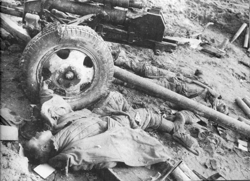 Погибшие сов. артиллеристы у пушки ЗиС-3.jpg
