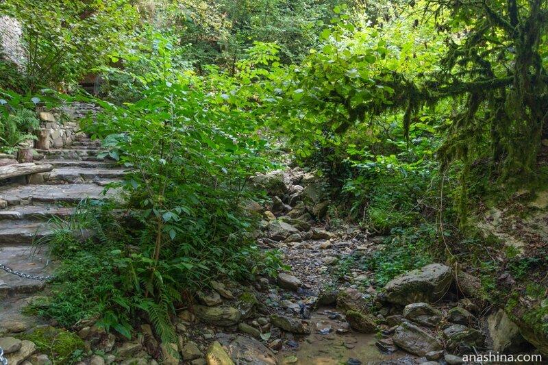 Высохшее русло горного ручья, Святой источник, Солохаул