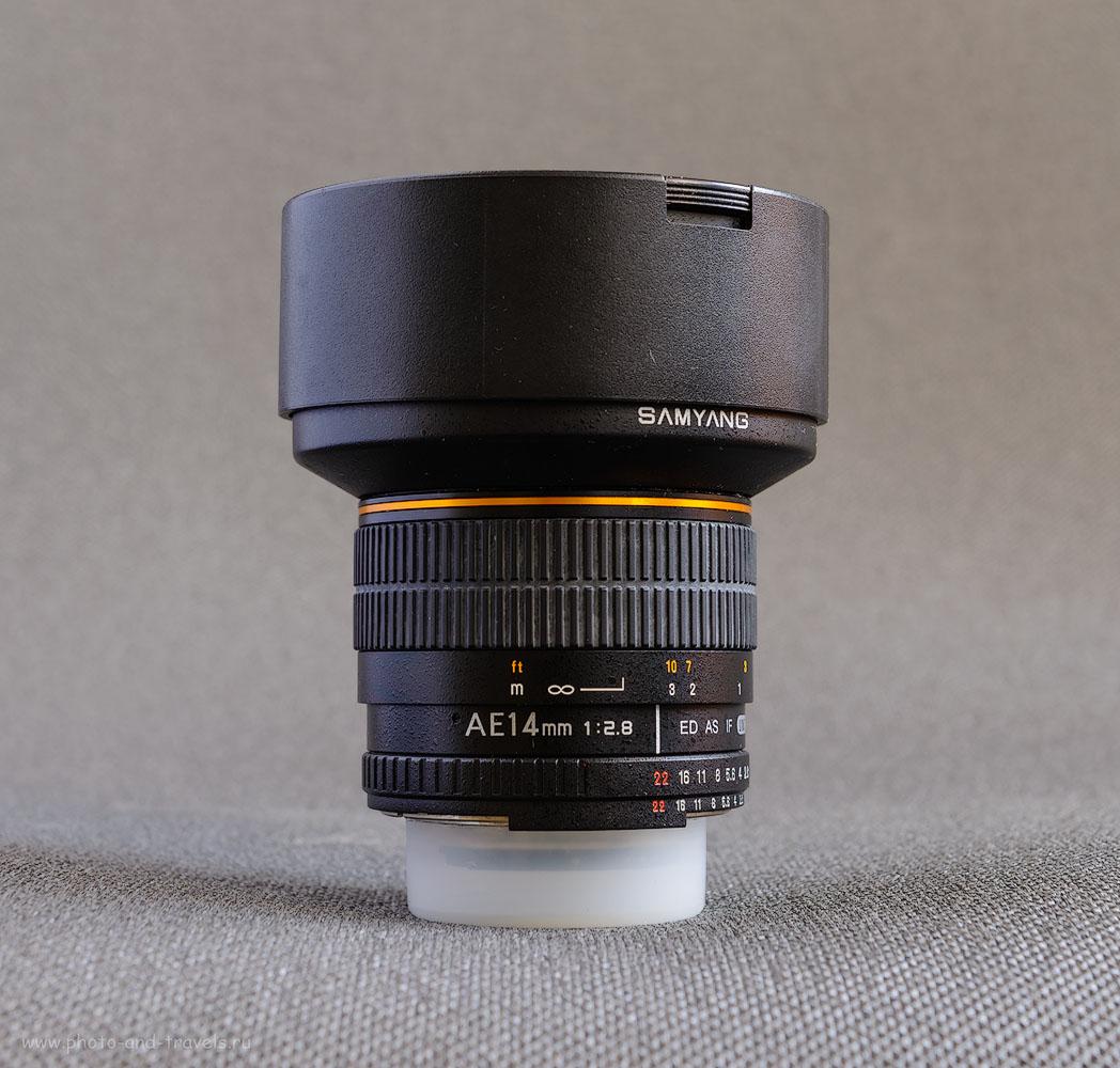 Фото 4. На объективах всегда пишут реальное фокусное расстояние, не эквивалентное. На снимке – сверхширокоугольный объектив с фиксированным фокусным расстоянием Samyang 14mm f/2.8 ED AS IF UMC AE Nikon F. Реальное ФР=14 мм, эквивалентное на кропнутых камерах Никон с Кф=1,5 составит 21 мм, на кропнутых зеркалках Canon EOS с Кф=1,6 – 22,4 мм.
