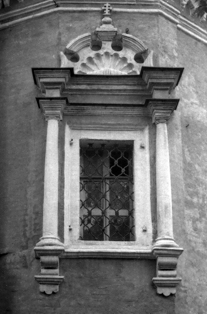 Наличник окна апсиды церкви Введения в Барашах.