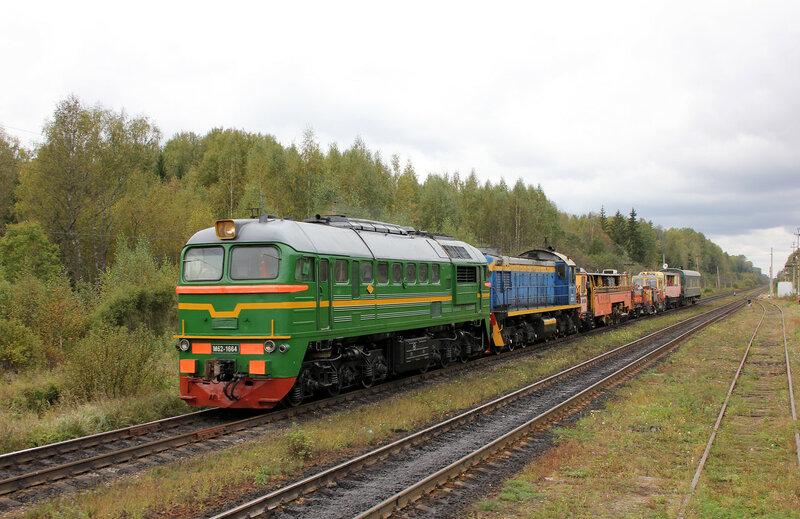 М62-1664 на станции Подсосоенка с рабочим поездом движется в сторону Ржева
