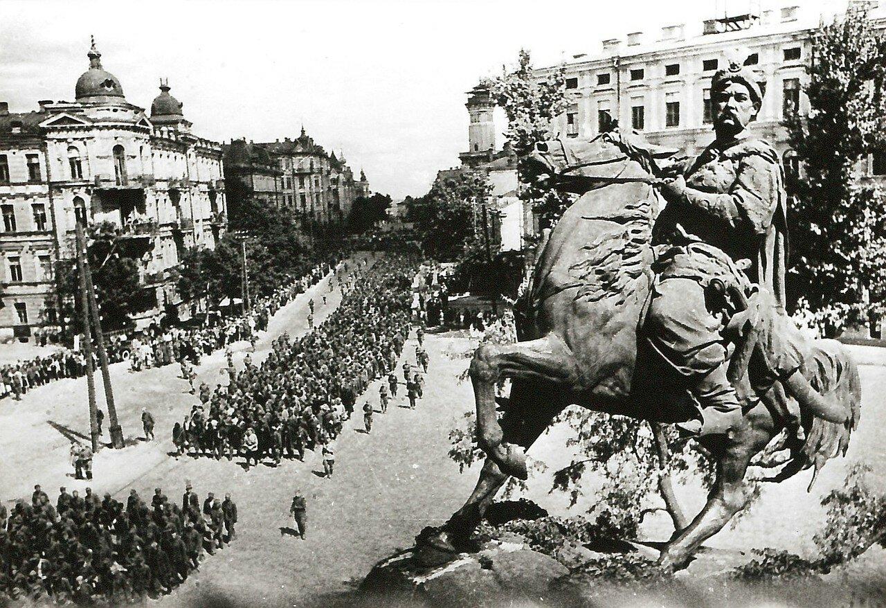 1943. Немецкие военнопленные на марше через Киев. Снимок сделан с памятника Богдана Хмельницкого