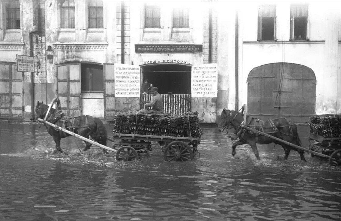 1923. Наводнение у городской станции Московско-Белорусско-Балтийской железной дороги, второе отделение у входа