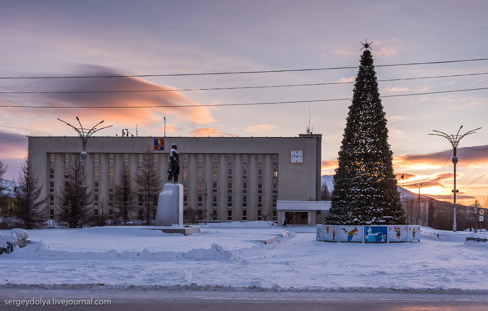 2. В Кировск приехали ночью. Перед сном прогулялись по центру и дворам. Допускаю, что картинка