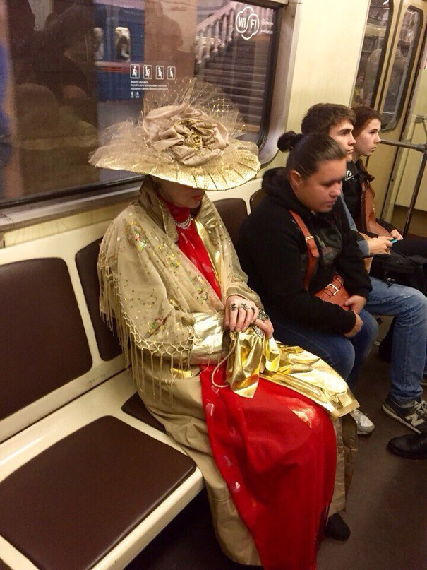 Золотая осень, золотая Весь вагон сияньем наполняет, В красном с позолотой восседает Золотая осень,