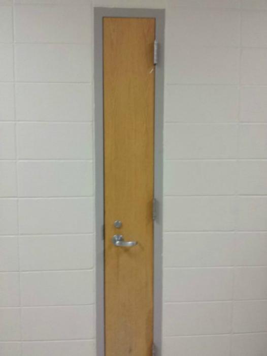 Дверь для «узких» людей.