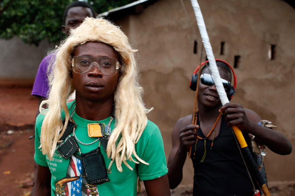 22. Христианский ополченец «Анти-Балака» с мачете. Да, жизнь в Центральноафриканской Республике