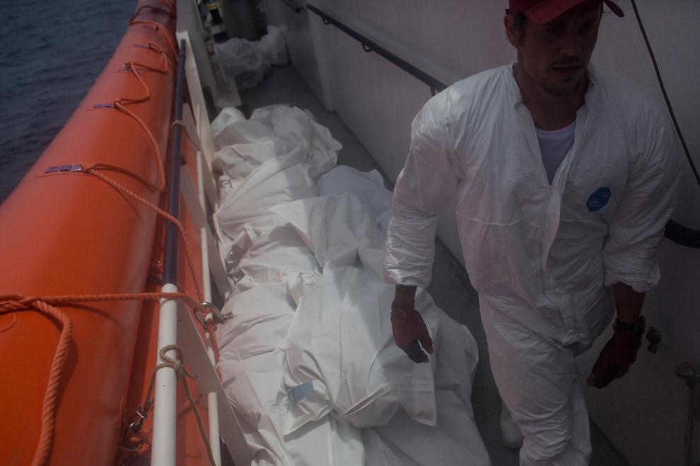 9. Выжившие, на заднем плане — утонувшие. (Фото Chris McGrath):