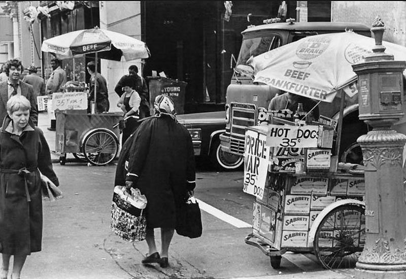 18. Распродажа хот-догов по 35 центов у здания городской ратуши в 1980 году. Обычная цена до того бы