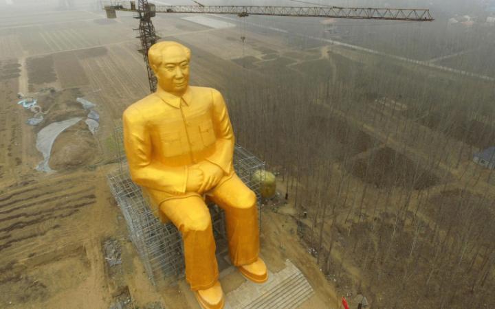 Скульптор Зураб Церетели со статует Владимира Путина возле своей мастерской в Москве и шоколадная ст