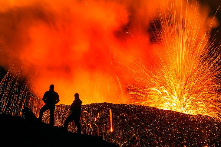 1. Знакомьтесь, это щитовой вулкан Питон-де-ла-Фурнез высотой 2631 м. Начиная с XVII века здесь