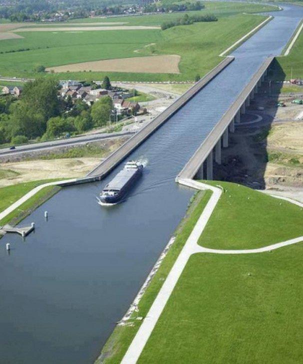 8. Акведук Пон-дю-Гар Акведук Пон-дю-Гар пересекает три магистрали и перекресток с круговым движение