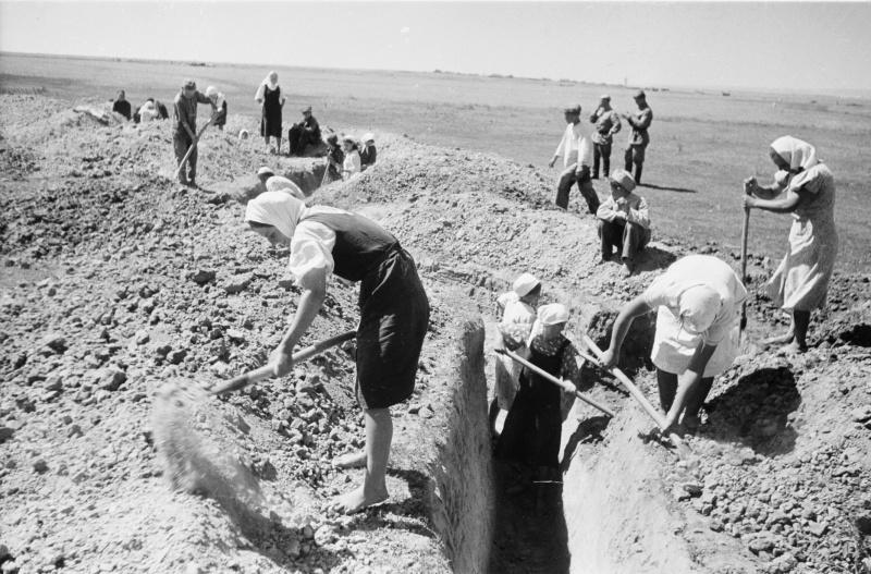 Женщины роют окопы в районе реки Дон. 42-3.jpg