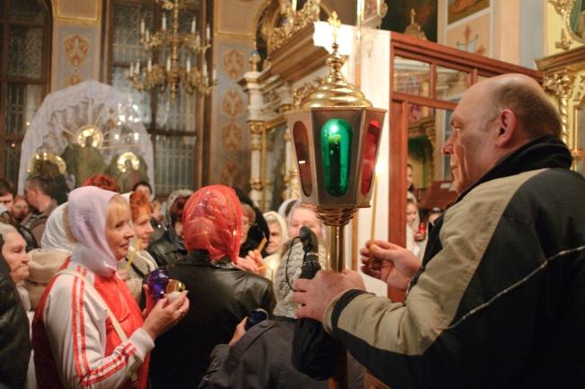 Свеча зажженная от Благодатного огня доставленного из Иерусалима.